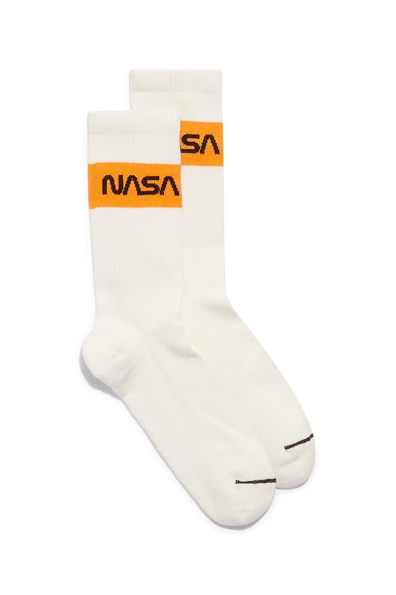 """NASA と Carhartt WIP をパートナーに迎えた Heron Preston """"PUBLIC FIGURE"""" コレクション アイテム一覧 2010年代の名作ストリートウェアになる可能性を秘めた〈Heron Preston〉の意欲作を一挙ご紹介 〈Heron Preston(ヘロン プレストン)〉の2018年秋冬コレクション""""PUBLIC FIGURE""""が遂に解禁の時を迎えた。今回は宇宙開発において多大なる功績を残し続ける「NASA(アメリカ航空宇宙局)」、そしてワークウェアの雄〈Carhartt WIP(カーハート ワークインプログレス)〉をパートナーに招聘し、主役級のアパレル&アクセサリーを豊富なラインアップでお届けする。  「NASA」とのコラボレーションでは、同連邦機関を象徴するホワイト、レッド、ブルーの3色を用いて、1975年当時のロゴと星条旗のパッチを随所に配置。また、フーディ、セーター、スウェットパンツ、Tシャツなどには""""BASE LAYER""""や""""FALL/WINTER 1990""""というテキストとともに、「NASA」の組織概要がプリントされている。その中でも宇宙服を彷彿されるアウターやシルバーコーティングを施したデニムジャケットは、2010年代の名作ストリートウェアとして後世に語り継がれるポテンシャルを秘めている人気の筆頭候補だろう。  その一方で、〈Carhartt WIP〉と共同製作した各種アパレルは、老舗ワークウェアレーベルが誇る頑丈なダッックキャンバスをベースに、ダブルニーのワークパンツや、オレンジのッジッパーテープが小粋なアクセントを加えるジャケットとベストなどを用意。また、〈Carhartt〉と〈Heron Preston〉両方のパッチを配したTシャツやツリーカモのポーチバッグ、""""СТИЛЬ(ロシア語でスタイルの意)""""のスパンコール入りビーニーなど、比較的低プライスで展開されるであろうアイテムも頭を悩ませるものばかりだ。  〈Heron Preston〉x「NASA」は7月27日(金)から、〈Heron Preston〉x〈Carhartt WIP〉は今年12月から一部取扱店舗にて発売開始。  ちなみに、今年10月に「NASA」と〈Vans(ヴァンズ)〉のコラボスニーカーがリリースされるかもという噂はご存知?"""