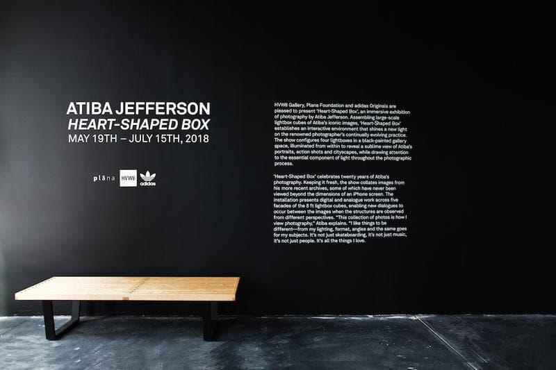 """ストリートシーンを切り取るアティバ・ジェファーソン が adidas Originals とチームアップした個展 """"Heart-Shaped Box"""" を開催 HYPEBEAST ファレルやジェームズ・ハーデンなど〈adidas〉の看板スターから噂のDrakeまで、巨大なポートレート写真のキューブが暗闇で光を放つ フォトグラファーであり、スケートボードシーンの活動でも広く認知されているAtiba Jefferson(アティバ・ジェファーソン)の20年以上に渡る活動を記念した個展""""Heart-Shaped Box""""が〈adidas Originals(アディダス オリジナルス)〉のサポートの元、アメリカ・ロサンゼルスの『HVW8 Gallery』にて開催されている。今エキシビションでは、Pharrell Williams(ファレル・ウィリアムス)やNBA選手のJames Harden(ジェームス・ハーデン)をはじめとする同ブランドの看板アーティスト/アスリートのアイコニックなポートレートに加えて、2016年に28歳の若さで白血病により他界したスケートボーダーのDylan Rieder(ディラン・リーダー)の晩年の姿やYoung Thug(ヤング・サグ)、Iggy Pop(イギー・ポップ)、『ブラックパンサー』の主演俳優のChadwick Boseman(チャドウィック・ボーズマン)、さらには〈adidas〉移籍の決定的証拠となる(?)Drake(ドレイク)など多くのセレブリティたちの表情を収めている。またポートレート以外にもAtibaの近年のアーカイブより、東京・青山の景観を撮影した作品から躍動感溢れるスケートボーディングやバスケットボールのプレー写真をピックアップし、巨大なキューブ状のオブジェクトを用いてディスプレイ。黒塗りの空間に内側から光を当てた4つのライトボックスが佇むインスタレーションとなっている。  Atibaは本展の開催にあたり、次のように語っている。「今回集められた作品は、僕自身がフォトグラフィーをどのように捉えてるかを物語っている。ライティング、フォーマット、アングルまで、とにかく変わったことが好きなんだ。それと同じことを被写体にも求めているよ。単なるスケートボーディングでもなく、単なる音楽でもなく、単なる人々でもなく、僕が愛情を注ぐ全ての事柄なんだ」  会期は6月15日(現地時間)まで。期間中にロサンゼルスに滞在する予定のある方は是非立ち寄ってみてはいかがだろうか。  あわせて、Atibaからもリコメンドをもらったロサンゼルスの注目クリエイターたちがおすすめするローカルスポット情報もプレイバックしておこう。"""