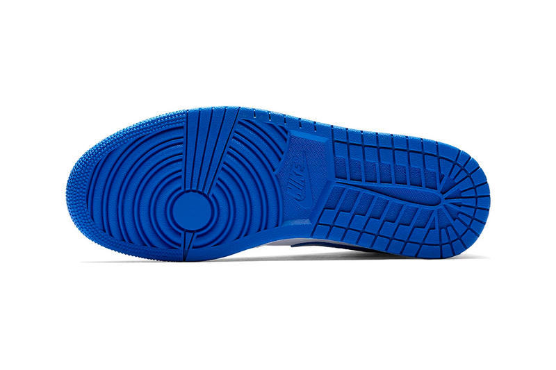 """Jordan Brand が Air Jordan 1 Mid """"Hyper Royal"""" にマイナーチェンジを施す 爽やかなコントラストが気持ち良いブルー/ホワイトのAJ1がまもなく発売 〈Nike(ナイキ)〉におけるAir Jordan 1の存在は、他のどのスニーカーにも代え難いものがある。Virgil Abloh(ヴァージル・アブロー)の""""The Ten""""により、誰しもが崇める孤高のモデルには新たな価値観が付与されたが、それでもMichael Jordan(マイケル・ジョーダン)の衝撃とともに誕生した王道のシルエットの美しさに敵うものはないだろう。  そのAJ1から""""Hyper Royal""""のカラーパターンにマイナーチェンジを施した新色が登場。ミッドソール、サイドパネル、トゥボックスなどにはクリーンなホワイトを、そしてスウッシュやAir Jordanロゴ、アウトソールには発色の良いブルーを採用した本作は、名作と同様のカラーパレットが生み出す爽やかなコントラストによって、ヘッズたちの購買意欲を駆り立てる装いに仕上がっている。  こちらのAir Jordan 1 Mid """"Hyper Royal""""は、まもなく『NIKE.COM』にデリバリー予定とのことなので、アップデートをお見逃しなく。  あわせて、ニューヨークの著名カスタマイザー、Ceeze(シーズ)が製作した〈Louis Vuitton(ルイ・ヴィトン)〉のダミエを纏うAJ1もチェックしてみてはいかがだろうか。"""