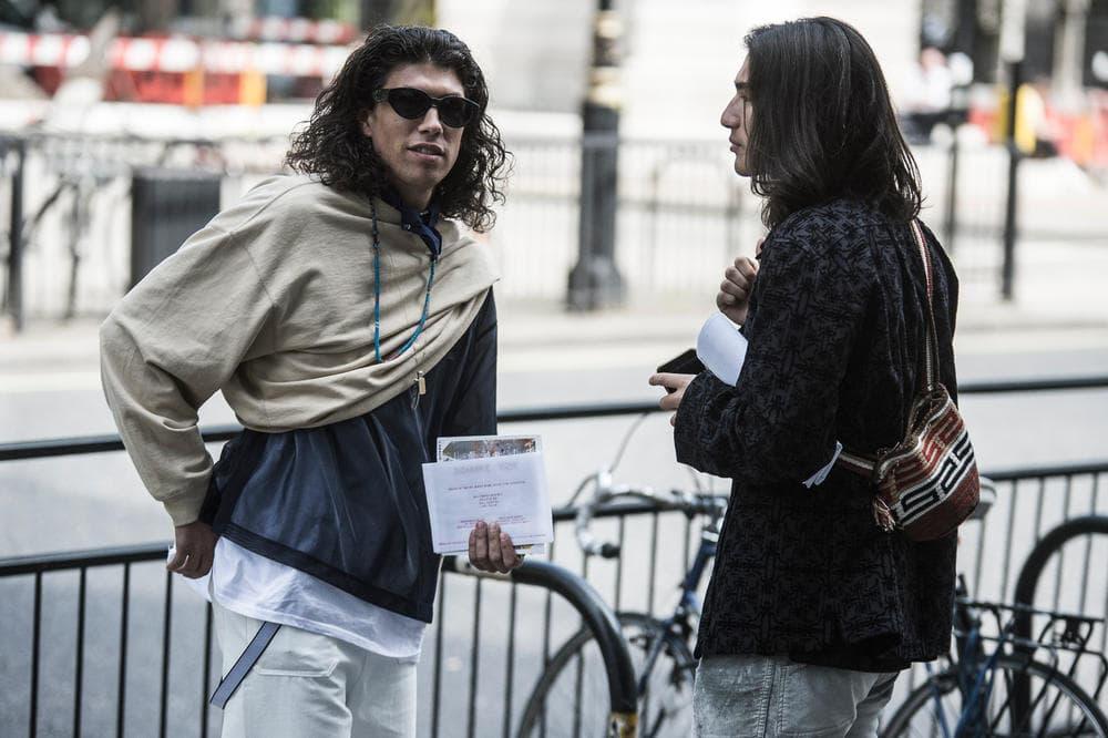 """Streetsnaps:London Fashion Week: Men's Spring/Summer 2019 ストリートスナップ:2019年春夏 ロンドンファッションウィーク・メンズ  ストリート志向から一変、英国の伝統である""""ものづくりへの美学""""を持つがブランド勢が台頭 ロンドンに再びファッションウィークの季節がやってきた。次なるトレンドを紐解くストリートスナップでは、グラフィック重視だった近年の様子から一変、イギリスの伝統の色濃さが少しずつ戻ってきたような印象を受ける。〈Gosha Rubchinskiy(ゴーシャ・ラブチンスキー)〉とのコラボレーションやRiccardo Tisci(リカルド・ティッシ)のデザイナー就任で脚光をあびる〈Burberry(バーバリー)〉を筆頭に、今年の「LVMH Prize」にノミネートされた〈A-COLD-WALL*(ア コールド ウォール)〉や〈Liam Hodges(リアム ホッジス)〉など、地元・イギリスを拠点に今の時代を切り開くストリートな感性と、ものづくりへの美学を兼備するブランドが支持を獲得。その一方で、〈Dior Homme(ディオール オム)〉のB22、〈Balenciaga(バレンシアガ)〉のTriple S、〈Nike(ナイキ)〉のAir Monarchなど重厚感を感じるスニーカーの人気と、サコッシュやウエストバッグといったスタイルを味付けする小さめのラゲージは昨季を上回るほどの人気だ。  トラッドからスポーツまで、様々な文化が根付くロンドンの業界人たちの着こなしを是非、上のフォトギャラリーからチェックしてみてほしい。  あわせて、〈Nicholas Daley(ニコラス デイリー)〉がDon Letts(ドン・レッツ)やCosmo Pyke(コスモ・パイク)を招聘して開催したロンドンファッションウィークの期間中のプレゼンテーションの様子もお見逃しなく。"""