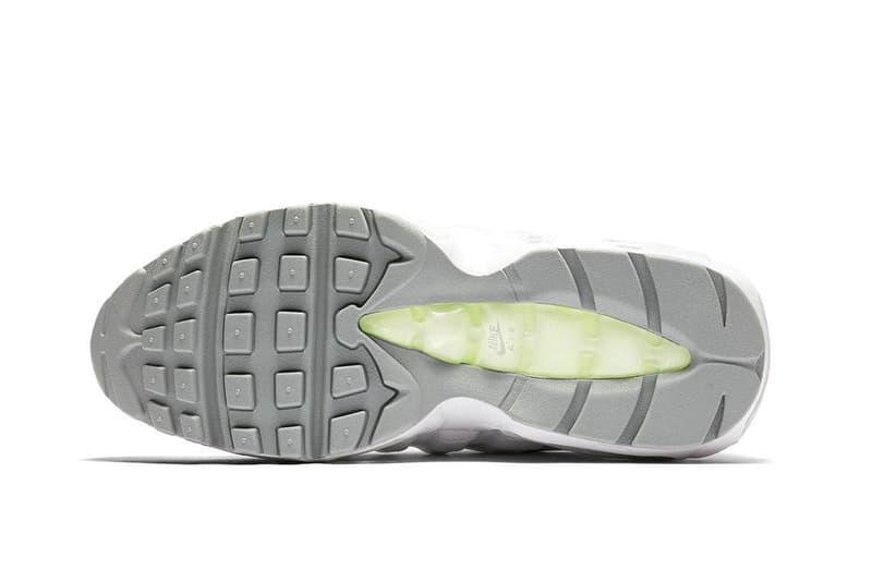"""Nike Air Max 95 にナイトアウトで真価を発揮する新色 """"Neon"""" が追加 今野直隆のMAGIC STICK AF1 VIPを彷彿させるホワイトを基調にしたAM95 日本におけるAir Max 95の存在価値は、他のどのスニーカーにも代えがたいものがある。それは現代ストリートを支える若者から〈Levi's®️(リーバイス)〉のヴィンテージデニムを履いた渋い大人まで、スニーカーと洋服をこよなく愛する人たちの足元を今なお支えていることが象徴している。  このセルジオ・ロザーノの発明品に、ホワイトを基調とした""""Neon""""の新色が仲間入り。人体の構造に着想を得たアッパーとミッドソールを白一色、そしてシュータンを眩しいシルバーで仕上げたクリーンな本作は、〈Nike(ナイキ)〉のシグネチャー カラーである細部のネオンイエローがアクセントをプラス。また、反射素材を用いた3Mのシューレースガードにより、ナイトライフにも映える一足となっている。  東京のストリートでこそ真価を発揮するであろうAir Max 95 """"Neon""""は、まもなく〈Nike〉の直営店ならびに一部キーアカウントにデリバリーされる見込みだ。  AM95マニアの方は、セリエAの名門ユベントスのビアンコネーロを纏った同モデルもお買い逃しのないように。"""