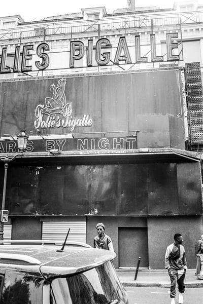 """Pigalle がバスケ文化を讃える """"Sunset to Duperré"""" コレクションをドロップ 色鮮やかなカラーパレットは〈Pigalle〉のバスケットコートにフックしたもの フランスのストリートシーンを世界基準へと押し上げた立役者〈Pigalle(ピガール)〉が、Stephane Ashpool(ステファン・アシュプール)の生まれ故郷にトリビュートを捧げる2018年夏コレクションを発表。Dexter Navy(デクスター・ネイヴィー)が撮影したルックブックでは、イエロー、ピンク、ブルーなど、〈Pigalle〉のバスケットコートと同色の色鮮やかなカラーパレットを採用した各種アパレルにクローズアップしている。  一見、トラックスーツや〈Pigalle〉のロゴTシャツといったカジュアルなスポーツウェアがキーピースに映るものの、Stephaneが公の場に登場する際に着用していることの多いテーラードジャケット&スラックスも見逃し厳禁なアイテム。""""Sunset to Duperré""""コレクションは現在、パリに店舗を構える〈Pigalle Basketball〉の旗艦店にて発売中のようなので、今後は『Pigalle Tokyo』へのデリバリーにも期待しておこう。  バスケ好きの方は、〈The Elder Statesman(ジ エルダー ステイツマン)〉x NBAのコラボニットコレクションもあわせてご確認を。 HYPEBEAST"""