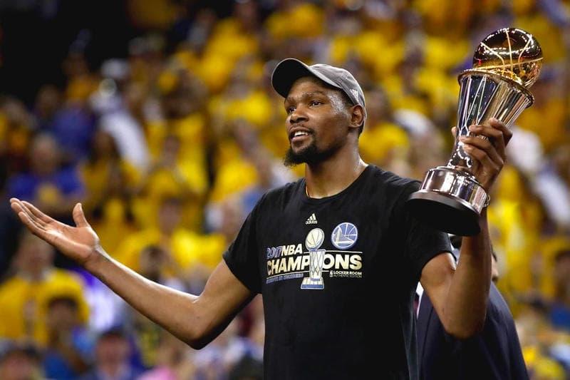 NBAファイナルの MVP ケヴィン・デュラントが自身の引退年齢を予告 KDのプレーが見られるのは、あと何年……? 圧巻のオフェンス能力でゴールデンステート・ウォリアーズを2年連続頂点へと導いたNBAファイナルのMVP、Kevin Durant(ケヴィン・デュラント)はすでに自身の引退時期を決心しているようだ。KDは「ESPN」のChris Haynes(クリス・ヘインズ)のインタビューの中で、「どんなにそれが楽しくとも、誰も長く学校にはいたくないよね。僕もそうさ。だから、どこかのタイミングで卒業する準備をしなければならない。35歳、これが僕の思い描く数字さ」と、あと6年でNBAの選手生活に終止符を打つことを明言。また、全盛期にキャリアを終えたいのかという質問に対しても、「そうやって試合から離れていけるといいね。もし、僕が称賛の全てを手に入れて、全てを成し遂げたとしたら、それは素晴らしいことだ。でも、もしそうでなくとも、僕はいいと思っているよ」と返答している。  どうやら、Durantはすでに、自身のビジネスパートナーであるRich Kleiman(リッチ・クレイマン)にも35歳で引退することを告げている模様。確かにAllen Iverson(アレン・アイバーソン)は34歳、Larry Bird(ラリー・バード)は35歳で現役を終えているが、Michael Jordan(マイケル・ジョーダン)は40歳、Kobe Bryant (コービー・ブライアント)は37歳までプレーを続けた。果たして、KDは何歳までコートに立ち続け、どこの球団で引退を決意するのだろうか。  ちなみに、ウォリアーズがNBA優勝直後のシャンパンファイトに費やした金額はご存知?