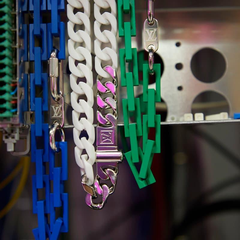 Louis Vuitton がヴァージル・アブローの初コレクションの一部を先行公開 〈LV〉史上、未だかつて類を見ない斬新なアイテムはどのような世界観の中でお披露目されることになるのだろうか…… 〈Off-White™️(オフホワイト)〉の2019年春夏コレクション発表を終えたVirgil Abloh(ヴァージル・アブロー)は休む間もなく、今度は〈Louis Vuitton(ルイ ヴィトン)〉のメンズデザイナー就任後初のコレクション発表に向けて奔走していることだろう。  だが、〈LV〉は6月21日14時半(現地時間)のランウェイに先駆けて、ブランドの公式Instagramでお披露目されるアイテムの一部を先行公開。@louisvuittonに投稿された写真の中でも特に印象的なものは、半透明の素材に〈LV〉のモノグラムをエンボス加工したキーポルなどのラゲージ。また、その他のバッグ類も独特なチェーン使いで過去に類を見ない斬新な仕上がりとなっているほか、アパレル各種も鮮やかな単色やタイダイを採用しており、明日のショーではファッション界の権威の新たな一面を見ることになることが予想される。  あわせて、Virgilが公開した〈Louis Vuitton〉の新作スニーカーのデザインもお見逃しのないように。