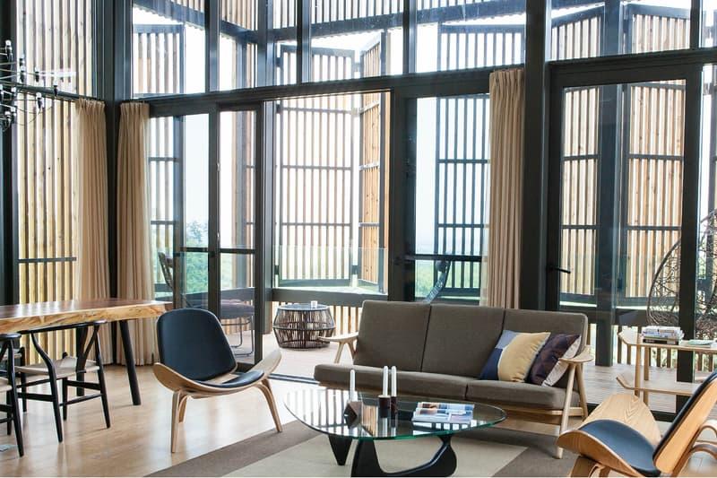 人里離れた中国の山林に位置するサステイナブルな温泉リゾートをチェック 世界的な建築デザイン賞も受賞した次世代のエコフレンドリー施設 中国・江蘇省リツ陽市に位置する『Meijie Mountain Hotspring Resort(メイジエ マウンテン ホットスプリング リ ゾート)』は、オランダの建築事務所「Achterbosch Zantman(アスタボッシュ ザントマン)」によって設計され たホテルであり、2017年に世界的な建築デザイン賞の「WAN Awards」を受賞している。森林、ツリーハウス、 温泉、山々といった4つの生態系要素を統合したこのリゾート施設は、エコツーリズムや観光レクリエーションに とって理想的であり、同アワードの審査員は、今後のサステイナブルな建築物の指標となると高く評価している。 今施設は、天然素材をふんだんに使用した合計31戸のツリーハウスから成り、それぞれが南山竹海の中腹に器用 に配置されている。またその名称から分かるように丘側には温泉設備を備えており、独立した温泉プールが十分に 距離を取って設置されているので、人目を気にせず思う存分リラックスすることができる。まずは、上のフォト ギャラリーよりその詳細をチェックしてみよう。