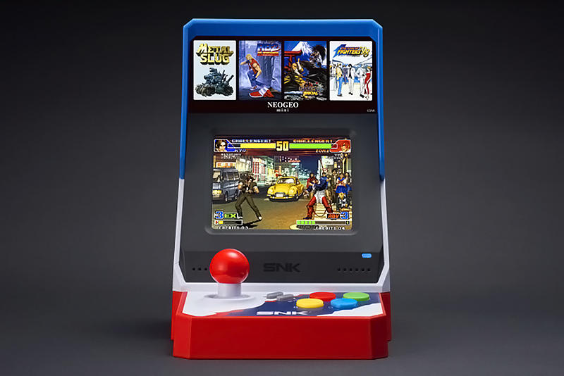 """手のひらサイズの超小型家庭用アーケード型ゲーム機 NEOGEO mini が発売決定 『ザ・キング・オブ・ファイターズ』や『サムライスピリッツ』、『餓狼』など全40作品を収録したゲーマー垂涎の新機種 ゲーマー諸君よ、またもや購買意欲を駆り立てる新機種の発売が近づいているようだ。ゲームプラットフォームのNEOGEO(ネオジオ)の40周年を記念して、名作40作品を収録した手のひらサイズの小型ゲーム機、NEOGEO miniの発売が7月24日(火)に決定。NEOGEOとは、1990年に発売したアーケード・家庭用のゲーム機プラットフォームであり、青春時代に小銭を握りしめて、ゲームセンターや駄菓子屋などでプレイを楽しんだ読者も少なくないことだろう。3.5インチ液晶ディスプレイを搭載し、ジョイスティック型コントローラーとステレオスピーカーを一体化したアーケード筐体デザインを採用した本作は、W108mm x D135mm x H162mmという超コンパクトサイズで、重さはわずか390g。このハードの中には、KOFでお馴染みの対戦型格闘ゲーム『ザ・キング・オブ・ファイターズ』や『サムライスピリッツ』、『餓狼』、『幕末浪漫』、『メタルスラッグ』などが内蔵されていて、入出力端子を繋げば友達との対戦や協力プレイもできるという優れものだ。  価格は12,420円(税込)で、『Amazon』ではすでに先行予約を受付中。収録タイトル一覧や機能面の詳細は、こちらからご確認を。  ちなみに、世界的パズルゲーム""""テトリス""""シリーズの最新作『TETRIS EFFECT』はもうチェック済み?"""