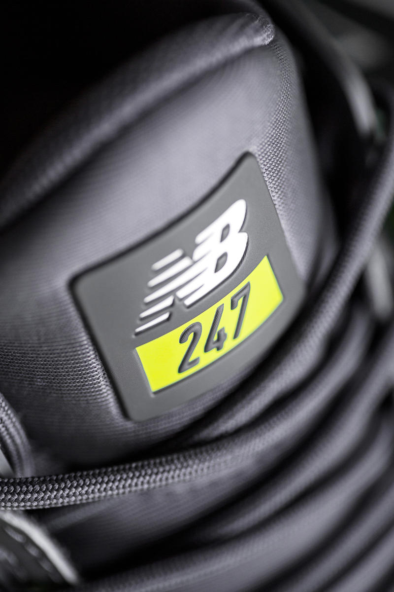 """New Balance より機能性とトレンドを兼備した2018年の新モデル 247v2 が登場 〈NB〉伝統の履き心地を一層追求すると同時に、厚みのあるソールが今の気分にハマる 様々な独自クッショニングシステムが開発される今、スニーカーゲームでは""""履き心地""""が支持される上で欠かせないエッセンスとなっている。その履き心地において、他を圧倒するのが〈New Balance(ニュー バランス)〉だ。  ボストンに本社を置く同スポーツシューズメーカーには数字をモデル名に掲げたフラッグシップモデルが数多く存在する。その中でも24時間、7日間、人々の足元を快適にサポートするシューズとして〈NB〉の伝統的なクラフトマンシップとクオリティーを現代のテクノロジーとデザインと結び付けて誕生した247より、2018年の新モデル、247v2が登場。本作は洗練されたデザインを踏襲しつつ、ボリューム感のあるREVLITEミッドソールを採用することで、昨今のトレンドのひとつである厚みを追加。また、ワンピース構造のアッパーは左右非対称のバンプ構造でスムーズな足入れを実現したほか、足首周りを快適にサポートするライニング、フィット性に優れたブーティ構造がストレスなく足元をサポートしてくれる。  進化を遂げた247v2は11,000円(税抜)で、6月30日(土)より全国の〈New Balance〉取扱店舗にて発売。また、発売日同日の0時にから渋谷に24時間限定で登場する""""247 POP-UP STORE""""では、247v2のキーモデル""""TRITIUM PACK""""の販売に加えて、Disclosure(ディスクロージャー)やSam Smith(サム・スミス)の映像などを手がけるロンドンのアーティスト、Kate Moross(ケイト・モーロス)を招聘し、来場者参加型アートコンテンツも用意しているとのことだ。夏のワードローブに色を添える一足をいち早く手に入れるために、是非足を運んでみてはいかがだろうか。"""