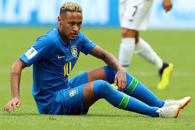 """ブラジルのとあるパブがネイマールが倒れる度にショット一杯サービスというキャンペーンを実施 ファールを装い故意に倒れるネイマールのダイブに対するユーモラスなおもてなしが話題に 今、地球は「2018 FIFAワールドカップ ロシア」一色に染め上がっている。国家のプライドを背負った熱い戦いではすでに数々のドラマが生まれ、昨日はLionel Messi(リオネル・メッシ)擁するアルゼンチンが劇的勝利で決勝進出の権利をもぎ取った。  同じく南米大陸より、優勝候補のブラジル代表はグループリーグ2試合を終え、1勝1分で首位を確保。だが、""""290億円の男""""ことNeymar(ネイマール)は、どこかパッとしないパフォーマンスが続いている。コスタリカ戦終了後に見せた涙が証明するとおり、彼にはセレソンの10番という大きなプレッシャーがのしかかっていることは言うまでもないが、『WhoScored』によると、Neymarは本大会で最もボールを失っている選手というデータが算出されているという。  そのエースにユーモラスな期待を込めて、リオデジャネイロにあるバー『Sir Walter Pub』は""""Neymarが倒れる度に店内の全員にショットグラスを1杯サービスする""""というユニークなキャンペーンを実施。これはチームの流れを乱し、多方面で批判対象になっていた同選手のダイブを皮肉ったものだったようだ。  果たして、ブラジル代表は2年間続く無敗神話をW杯優勝まで継続することができるのだろうか。  開催地ロシアでのストリートスナップや、色を纏うSAMURAI BLUEの選手たちの""""覚悟""""を収録した士気を高める日本代表の特別ドキュメンタリー映像など、本大会の関連ニュースもあわせてご確認を。"""