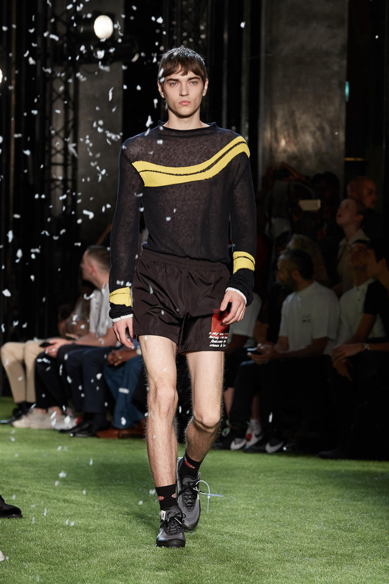 80〜90年代の米国ユースカルチャーを表現した Off-White™️ 2019年春夏コレクション イーストブルックリンの伝説のグラフィティーライター、ドンディ・ホワイトにもトリビュートを捧げる 2019年春夏のパリファッションウィークにおいて、Virgil Abloh(ヴァージル・アブロー)が〈Off-White™️(オフホワイト)〉の最新コレクションを発表した。今季はFutura(フューチュラ)などにも多大な影響を与えたイーストブルックリンの伝説のグラフィティーライター、Dondi White(ドンディ・ホワイト)にトリビュート。そのコンセプトと〈Off-White™️〉の真骨頂であるワークスタイルが融合することで、1980〜90年代のアメリカのユースカルチャーを色濃く表現している。  コレクションの中心は、デニムだ。ボトムスだけでもストレートから、ペインター、クラッシュまで相当バラエティに富んだラインアップとなっている。また、マルチポケットのベストやアトリエコート、Tシャツに加え、〈Nike(ナイキ)〉、〈Dr. Martens(ドクター マーチン)〉、『ザ・シンプソンズ』、〈Rimowa(リモワ)〉とのコラボレーションなども一挙お披露目。そして、コレクションの売り上げの一部は、ニューヨークを拠点に活動する非営利団体「God's Love We Deliver」へ寄付されることになるという。  〈Off-White™️〉の2019年春夏コレクションの全ルックは、上のフォトギャラリーから。また、同ブランドのスタイリストを務めるBloody Osiris(ブラッディ・オシリス)が着用していた初見のBlazerもお見逃しなく。