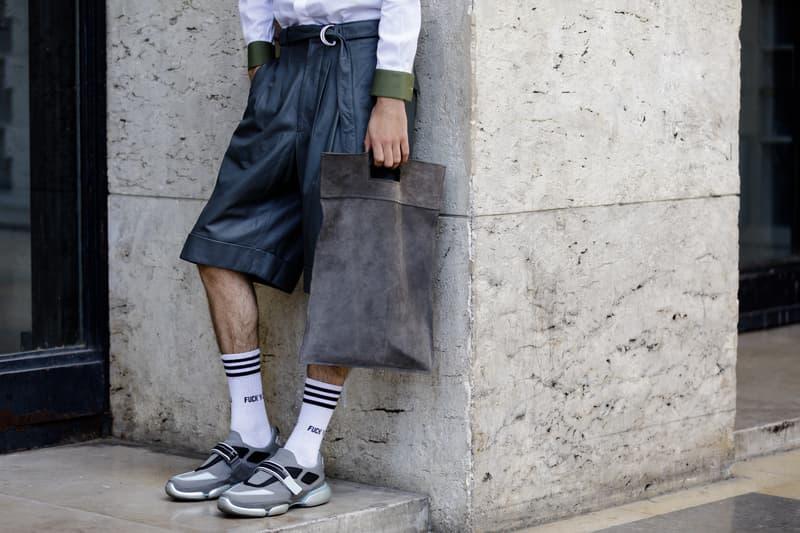 """Streetsnaps:Paris Fashion Week Men's Spring/Summer 2019 Part 2 業界人がひしめくオフランウェイでパリ本来の姿である""""気品""""と""""モード""""を切り取る 6月19日(火)に狼煙を上げた2019年春夏のパリファッションウィーク・メンズも、先週末をもって閉幕。今季はVirgil Abloh(ヴァージル・アブロー)がファッションの歴史に新たな1ページを刻んだ〈Louis Vuitton(ルイ ヴィトン)〉のランウェイをはじめ、〈UNDERCOVER(アンダーカバー)〉初のメンズコレクション、Kim Jones(キム・ジョーンズ)の〈Dior Homme(ディオール オム)〉デビューなど、例年にも増して見応えのある内容だったように思える。  業界人が忙しなく行き交うオフランウェイにも変化が見受けられた。Raf Simons(ラフ・シモンズ)が「プリント入りのフーディがあまりにも多すぎる!皆も気づいているだろう、移行するための何かが必要なんだ」と言ったように、グラフィックやストリートウェアが主役を飾るスタイルから距離を置く人が次第に増えのだ。そこで、花の都から到着したストリートスナップ第2弾では、パリ本来の姿である""""気品""""と""""モード""""を中心に切り取った。きっと『HYPEBEAST』の読者の中にも変化を欲している人がいることだろう。上のフォトギャラリーには、そのヒントが詰まっているはずだ。  あわせて、パリファッションウィーク・メンズのストリートスナップ第1弾もお見逃しのないように。"""