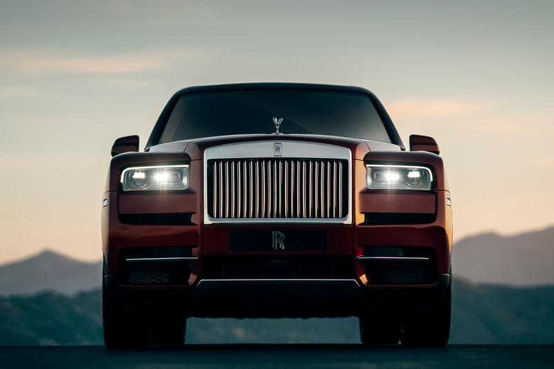 Rolls-Royce 初の SUVモデル Cullinan のコンフィギュレーターサイトがオープン ビスポークオーダーにも引けを取らない無限のカスタマイズが可能 「Rolls-Royce(ロールス・ロイス)」初のSUVとして先日のお披露目以降、大きな注目を集めるモデル・Cullinan(カリナン)のカーコンフィギュレーターがローンチされた。  このサイトでは、ボディカラーからインテリアの仕様、ホイールなどをオンライン上で自由にカスタマイズできるが、そこには無限といっても過言ではないほどの組み合わせを実現する豊富なオプションが用意されている。Inspired Specs、Exterior Style、Exterior Options、Interior Style、Interior Options、Personalization、Accessoriesの7つのカテゴリーから構成され、まず8種類のテーマから仕様を選択し、その後は16種類のボディカラー、23種類のコーチライン(ボディのサイドに描かれているストライプ)、7種類のホイール(加えて2種類の詳細オプション)の中から、自分好みの車両を目指して仕様に固めていく。またフロントに取り付けられた「Rolls-Royce」のシンボル、Spirit of Ecstasy(スピリット・オブ・エクスタシー)も4種類の素材からセレクトすることが可能。外装のカスタマイズが終わると、続いて内装の選択へと移る。ここでも用意された6種類のスキームの中からひとつに絞り込んだ後は、8種類のウッドパネルやレザーの加工に至るまで目移りするようなオプションの数々から細部に渡ってカスタマイズしていく流れとなる。  高級車の代名詞的存在である「Rolls-Royce」を自分好みにカスタマイズしたい方は、こちらからシュミレーションをして、夢を膨らませてみてはいかがだろうか。