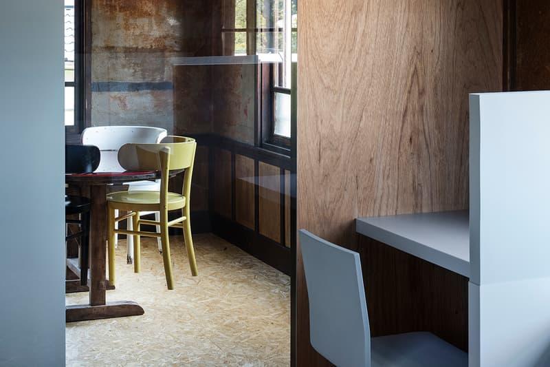 築80年を超える典型的な日本家屋を改修した鎌倉のオフィス兼住宅 非の打ち所のない和室や壁、天井の味わいを活かし、地面から60cm上がっている床の在り方に注目した「スキーマ建築計画」の匠な仕事 町を考えつつ、家具から建築までデザインする長坂常主宰の「スキーマ建築計画」が、鎌倉の緑豊かで閑静な住宅街の中にオフィス兼住宅を計画した。築80年を超える典型的な日本家屋を改修した『北条SANCI』は、壁、天井の味わいを活かすと同時に、性格分けをしたゾーニングを考慮する上で、地面から60cm上がった床の在り方に着目したという。西側には縁側を介して庭と繋がった非の打ち所のない和室、北東側には多様なレベル差のある板の間にキッチンを配置した共用空間があり、その間に特に特徴的な空間要素である玄関をそのまま中央まで拡張させた土間部分が存在。ひとつ基盤となる畳をベースにそれぞれの広さと素材、設置する家具を操作することで、上下左右多様な目線を生み、どこにいてもいつでも豊かな自然と活気を感じられる場を生み出すと同時に、その操作によって生まれた多様過ぎる表情を少しコントロールするべく、ところどころで無機質なグレイの家具を挿入している。   緩やかに繰り返される有機質と無機質の一定のコントラストが全体の表情をつなぎとめ、空間の多様性さをコントロールした「スキーマ建築計画」の匠な仕事の全貌を是非、上のフォトギャラリーから覗いてみてほしい。  「Toy's Factory(トイズ ファクトリー)」の新社屋やロンドンで開催された『MR PORTER(ミスター ポーター)』x『BEAMS(ビームス)』の限定プログラムなど、「スキーマ建築計画」のその他のプロジェクトもあわせてご確認を。