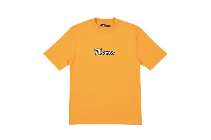 ブロンディ・マッコイが手がける Thames の2018年夏最後のデリバリー情報が解禁 Tシャツや20ポンド柄のビーチタオルなど、新世代アイコンが夏のストリートに映えるアイテム群をリリース 〈Palace(パレス)〉の看板ライダーであり、最近はKate Moss(ケイト・モス)のエージェンシーへ加入したことも話題となった若きアイコン、Blondey McCoy(ブロンディ・マッコイ)が自身の手がける〈Thames(テムズ)〉から2018年夏最後のコレクションをデリバリーする。ラストドロップにはTシャツやショーツ、ソックスに加え、レモネード缶やコーラ瓶、デキャンタを総柄で配置したポロ&ショーツのセットアップ、2016年にリリースされた〈Palace〉x〈Thames〉のスケートデッキを思い出させる20ポンド柄のビーチタオルなども登場する模様。Blondey曰く、今夏の最終デリバリーは6月15日午前11時(現地時間)にオンラインストアにて発売されるとのことなので、お買い忘れのないように。  あわせて、Blondeyモデルも登場した〈adidas Skateboarding(アディダス スケートボーディング)〉とMark Gonzales(マーク・ゴンザレス)のユニフォームコレクションもチェックしてみてはいかが?