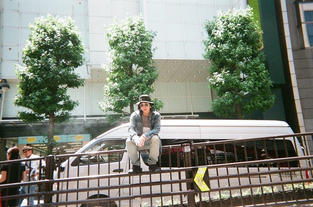 """Back to Film:最新ソロアルバム『711』の制作期間に切り取った KIKUMARU のリアルライフ  KANDYTOWN(キャンディータウン)のKIKUMARUは、昨年9月にリリースしたEP『Focus』ぶりとなる新作『711』を発表。〈Reebok CLASSIC(リーボック クラシック)〉がサポートしたMVで話題を呼んだ""""Sweet Trap""""を含む全13曲の中には、KEIJU、Dony Joint、MudといったK-TOWNメンバーに加え、沖縄が産んだリリシスト・唾奇、'00年代最高のMCとも称されるSWANKY SWIPE所属の天才ラッパー・BES、わかる人にはわかるHolly Qらが客演に迎えられている。  『HYPEBEAST』は原稿執筆時から約2ヶ月前、そのクルー随一の実力派ラッパーであるKIKUMARUに使い捨てカメラを渡し、制作期間のリアルな日常を切り取って欲しいと""""Back to Film""""への協力を依頼。それから数度、現場で会う機会もあったが進捗にはあえて触れず、遂に現像を終えたフォトセットが我々の元に送られてきた。  KIKUMARU自らがシャッターを切った40枚弱の写真には、MIKIやRyohuらとのレコーディング風景や久しぶりのクルー出演となった「GREENROOM FESTIVAL '18」の様子からプライベートの一幕まで、リアルな日常が収められている。"""
