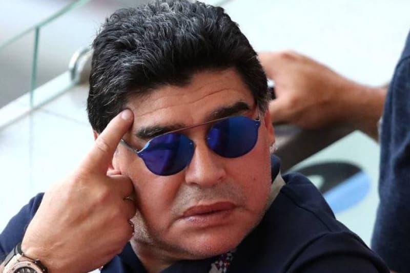 マラドーナが人種差別的ジェスチャーでFIFA大使を解任 愛人とのキス、禁煙席での葉巻に続き、斬新な感情表現で問題児が即クビ 2018 FIFAワールドカップ ロシア アルゼンチン Lionel Messi リオネル・メッシ Diego Maradona ディエゴ・マラドーナ 中指を突き立てる FIFA 国際サッカー連盟 HYPEBEAST ハイプビースト