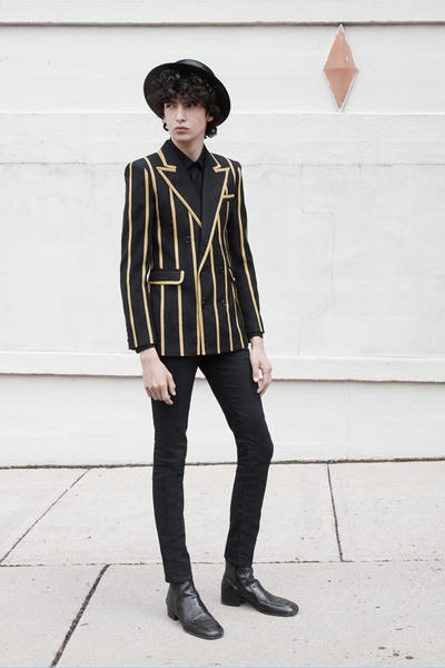 70年代のニューヨークを再現した Saint Laurent 2019年春夏コレクション フロントモデルにはリアム・ギャラガーの息子であるレノン・ギャラガーを起用 先月初めに行われた〈Saint Lauren(サンローラン)〉の2019年春夏コレクションは、通常パリで行われるショーとは違い、かすかに光るマンハッタンのスカイラインを背景にドラマティックな演出となったことで話題をさらった。暗いステージと光沢感ある大理石のランウェイにより創りだされた現代的な雰囲気の中、70'sからインスパイアされたかのようなコレクションがその空間とコントラストを生み出し、目の肥えた業界人たちを魅了した。クリエイティブディレクターであるAnthony Vaccarello(アンソニー・ヴァカレロ)は今回のインスピレーション源について「70年代のニューヨークのムードや、そこで活躍していたアイコンからアイディアをもらったんだ」と『Vogue』への取材で語っている。  Oasis(オアシス)のフロントマン Liam Gallagher(リアム・ギャラガー)の息子であるLennon Gallagher(レノン・ギャラガー)をメインモデルに起用した最新のルックブックには、ペイズリー柄のスカーフやゴールドスリムブレザー、ボートハット、ネックレスなど気になるアイテムが多数。ギャラリーで閲覧できる写真はもちろんのこと、下部にあるルックブックビデオも是非チェックしてみてほしい。  Travis Scott(トラヴィス・スコット)やKate Moss(ケイト・モス)ら豪華VIPゲストも参列したランウェイの様子は、こちらから。