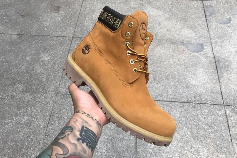 """mastermind JAPAN x Timberland 6-Inch Boots のコラボモデルがリーク 世代を超えて愛されるストリートの定番をラグジュアリーに改良した注目の一足 〈Off-White™️(オフホワイト)〉や『KITH(キス)』など、ストリートシーンのコラボレーターとして脚光を浴びる〈Timberland(ティンバーランド)〉より、再びHYPEな一足が登場するかもしれない。  Instagram上に前触れもなく姿を表したのは、〈Timberland〉と〈mastermind JAPAN(マスターマインド ジャパン)〉のコラボモデルと思われる6-Inch Boots。クラシカルな""""Wheat""""と、より本間正章の世界観に忠実な""""Black""""の全2色のブーツは、シュータンやヒールに〈MMJ〉のアイコンであるクロスボーンスカルが配置され、履き口にはジップ、そしてオールドイングリッシュのブランディングによりパッド部分が装飾されている。  Wu-Tang Clan(ウータン・クラン)やJAY-Z(ジェイ・Z)からA$AP Rocky(エイサップ・ロッキー)まで、世代を超えたラッパーたちからも絶えず愛用される6-Inch Bootsをベースにした注目のコラボモデルは、果たしていつリリースを迎えることになるのだろうか。続報に期待しよう。  ちなみに、東京にオープンした〈mastermind〉初の旗艦店にはもう足を運んだ?"""