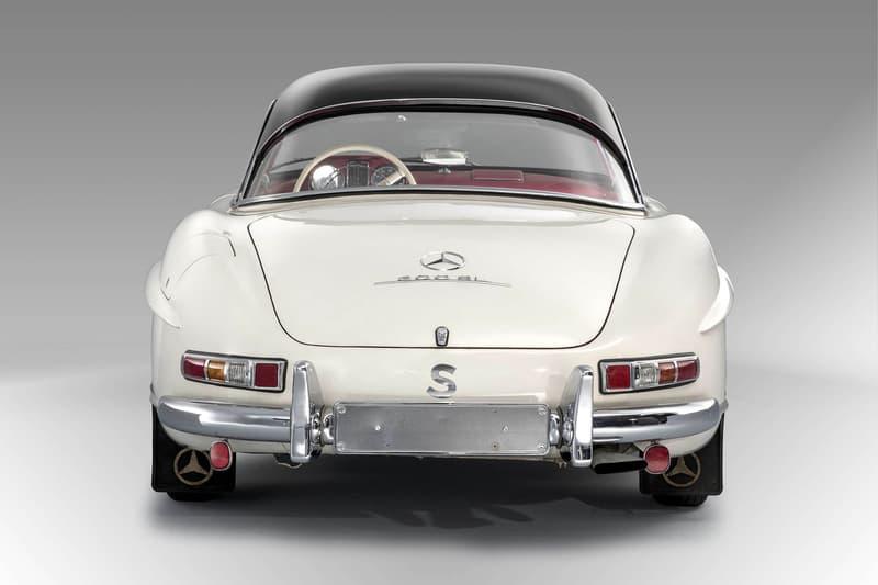 """クルマ好きの永遠のロマン Mercedes-Benz 300 SL の後期モデルが新たな記録を打ち立てる 推定落札価格の2倍の値がついた完品級の一台をご堪能あれ 「Mercedes-Benz(メルセデス・ベンツ)」はこれまで数々の名作を世に送り込んできたが、その中でも同社の高級スポーツカー""""SL""""シリーズの初代モデル、300 SLはカモメの翼のような形状になる跳ね上げ式のガルウィングドアと燃料直接噴射式エンジンを史上初めて採用したクルマ好きのロマンの象徴である。  実は最近、その300 SLに驚愕の値段がついた。1963年製造の同車は、世界三大レースのひとつである「ル・マン24時間レース」の会場としてお馴染みの『サルト・サーキット』で開催されたオークションに登場。当初、落札価格は2億円強と予想されていたが、最終的にはその2倍に匹敵する4億1,000万円で落札となり、300 SLのレコードを更新したのだ。  一体、なぜこれだけ価格が高騰したのか。それは保存状況の良さにある。このロードスターは1972年以来、一度も運転されておらず、走行距離はわずか1,372km。また、お世辞にも気候に恵まれているとは言えないスウェーデンで保管されていたにもかかわらず、外装の腐食はぼぼなし、さらにはインテリアの摩耗痕やペダルの傷さえほとんど確認できず、工場出荷時のオリジナルハードトップまで装備されている。  当時の書類にメンテナンスツール……ここまで揃っていれば完品と言っても過言ではないだろう。またとないこの機会に是非、その惚れ惚れする300 SLのエクステリア&インテリアを上のフォトギャラリーから堪能してみてほしい。"""