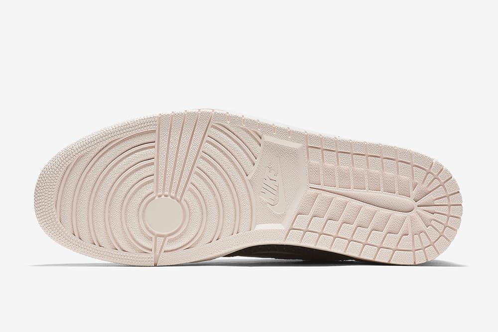 """通気性を確保する Flyknit 仕様の Nike Air Jordan 1 Low """"Black"""" のオフィシャル画像が公開  昨年リリースのOGカラーに引き続き、今度はFlyknitを纏ったロートップのAJ1が初登場 〈Jordan Brand(ジョーダン ブランド)〉は昨年、高強度のファイバーで軽量さと通気性を確保する〈Nike(ナイキ)〉のFlyknitテクノロジーを採用したAir Jordan 1をオリジナルのカラースキームでリリースした。そこでの好評を受け、遂にMichael Jordan(マイケル・ジョーダン)の初代シグネチャーから、ロートップモデルが初登場。先月末、オレンジ/セイルの""""Shattered Backboard""""の存在も明らかになったばかりであるが、公開されたオフィシャル画像はシンプルなブラック/クリームの一足で、シュータンには編み込みパターンが採用されている。発売日や価格などは公表されていないので、ここは辛抱強く、『SNKRS』のアップデートを待とう。  この機会に、『atmos(アトモス)』限定販売となるAir More Moneyのスペシャルモデルもチェックしてみてはいかがだろうか。"""