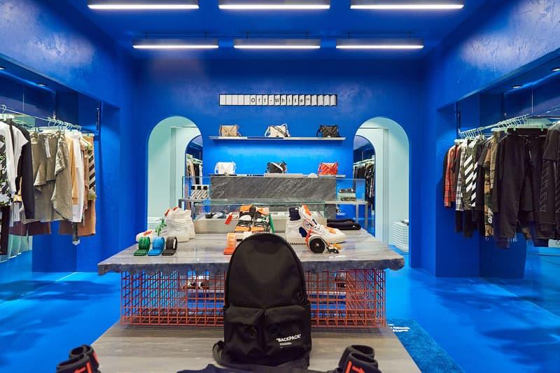 """Off-White™ が韓国・ソウルにオープンした新店舗の店内を独占でご紹介 """"Freestanding""""、""""Hyundai Coex""""と名付けられた全くタイプの違う2店舗の店内を覗いてみよう 2018年第2四半期の人気ブランドランキングで第2位につけた〈Off-White™(オフホワイト)〉の成長はどこまで続くのだろうか。Virgil Abloh(ヴァージル・アブロー)は韓国の首都・ソウルに""""Freestanding""""、""""Hyundai Coex""""と名付けた新たな旗艦店を出店した。  """"Freestanding""""はその名の通り、ビルのテナントなどではなく、完全独立の路面店。白を基調にしたクリーンな空間はメタルの家具で縁取りされ、壁に沿うように〈Off-White™〉のコレクションを陳列。また、各種バッグの背後にはキャンペーンイメージが埋め込まれ、店内の中央にはVirgilお気に入りの3人掛けワイヤーチェアが設置されている。一方の""""Hyundai Coex""""は、モロッコのシャウエンを彷彿させる色鮮やかなブルーでストア全面を塗り尽くし、コンパクトながらも幻想的な雰囲気に。だが、店内の文字パネルから推測するに、ジャズの帝王の異名を持つトランペット奏者のMiles Davis(マイルス・デイヴィス)が1959年にリリースした『Kind of Blue』が着想元なのではないだろうか。  ソウルの新店舗の外観ならびに店内の様子は、上のフォトギャラリーから。あわせて、大理石を贅沢に使用した〈Off-White™〉史上もっともラグジュアリーなマカオのストアもチェックしておくべし。"""