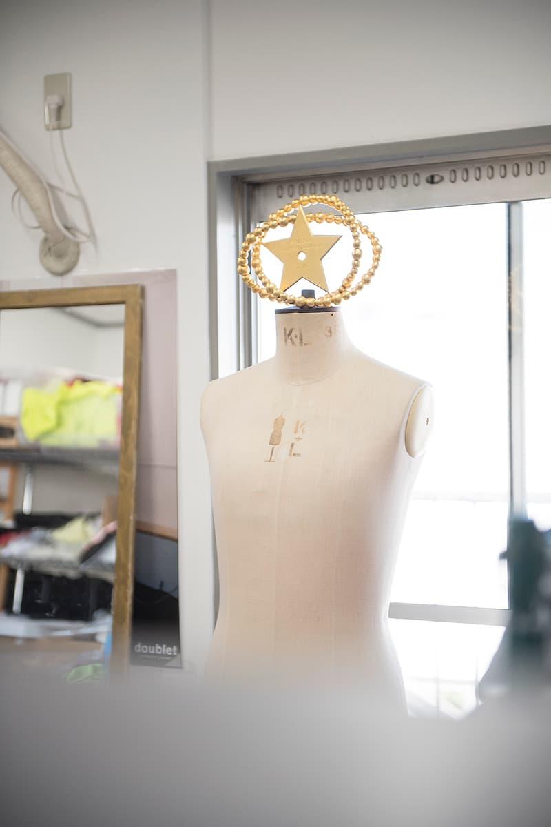 HYPEBEAST Studio Visit:井野将之 | doublet デザイナー 「LVMH Prize 2018」を受賞した世界一のデザイナーのクリエイティブ現場に潜入 LVMH Prize 2018 doublet ダブレット 井野将之 アトリエ NIGO®️ ニゴー UNDERCOVER アンダーカバー 高橋盾 MIHARAYASUHIRO ミハラヤスヒロ colette コレット Dover Street Market ドーバー ストリート マーケット 三原康裕 HYPEBEAST ハイプビースト