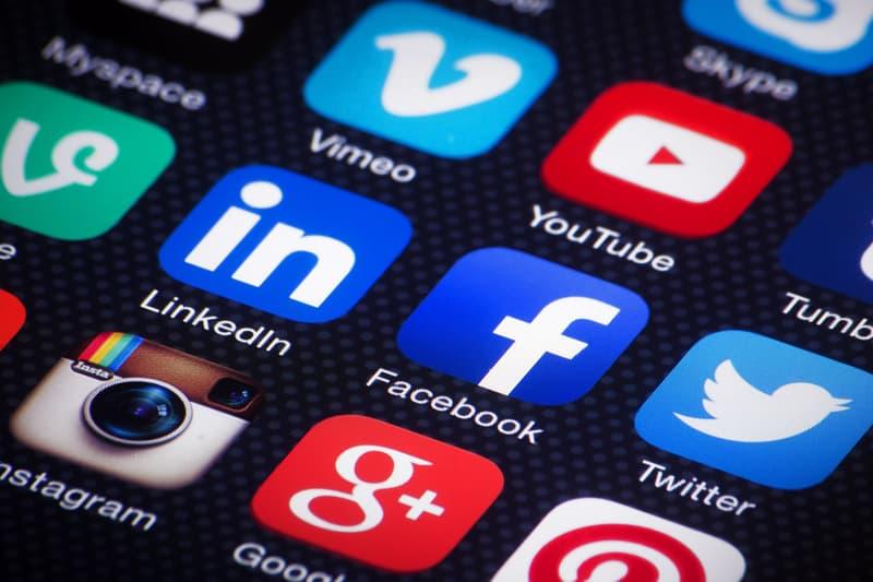 アフリカ某国で Twitter、Facebook、Instagram などを利用に課すソーシャルメディア税の徴収が開始 一人あたりの実質GDPが44,000円の国で年間2,080円もの税金を課すという耳を疑う新税法が施行…… これは東アフリカのウガンダで実際に起きた出来事であるが、Dan Mugeni(ダン・ムゲニ)は朝起きて携帯電話を確認すると、WhatsAppやTwitterが突然使用できなくなっていた。なぜなら、同国が7月1日(現地時間)より、ソーシャルメディア税の課税を開始したからである。  ソーシャルメディア税とはFacebook、WhatsApp、LinkedIn、Instagram、Viber、Skype、Twitterなど、SNSの利用に課せられる税金であり、これらのアプリを使用するには1日あたり日本円に換算して約5.7円を支払う必要があるという。  ウガンダは今、携帯電話が急速に普及している真っ最中だ。アナリストたち曰く、若者たちスマートフォンに可能性を感じ、世界を知ることや学習することへの喜びを感じているようだ。しかし、ウガンダにおける年間2,080円の支出は生活を大きく圧迫するものであり、国民は政府の決定に強く反発。Yoweri Museveni(ヨウェリ・ムセベニ)大統領は「教育目的のために使用する人には課税を免除する」との声明を発表しているも、その線引きも明確ではない。  これを受けて、ウガンダ国内でソーシャルメディア使用に関するアンケート調査を実施したところ、19%が引き続きSNSを使用する、11%が使用をやめる、70%がVPN(バーチャル プライベート ネットワーク)に頼ると答えたとのことだ。  ウガンダ政府がインターネットの利用に介入するのはこれが初めてではないが、ソーシャルメディア利用に対する課税には賛同できない人も多いことだろう。読者のみなさんは今回のウガンダ政府の新税制について、いかがお考えだろうか。  音楽好き必見のInstagramの新機能や、ゲームストリーミングサービスへの参入が噂される「Google」の新情報など、その他のテック関連のニュースもあわせてご確認を。