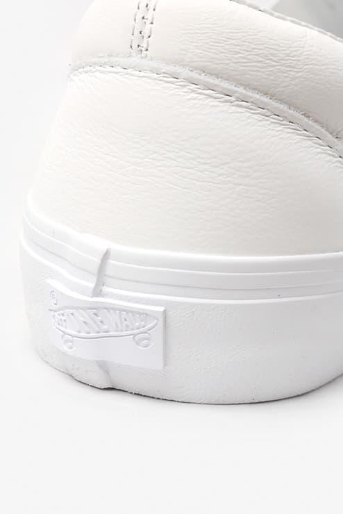 """Engineered Garments x Vans Classic Slip-on VLT LX の国内発売が決定 スムースレザーとスエードで前後のパーツを切り替え、さらに左右の足でも非対称に配置したシャープながらも個性的な逸足  先日、『Nepenthes New York』にてリリースされた〈Engineered Garments(エンジニアド ガーメンツ)〉と〈Vans(ヴァンズ)〉の最新コラボスニーカーの国内取扱情報が舞い込んできた。リリースの度に注目を集める〈EG〉x〈Vans〉だが、今回はソールや履き口のクッション部分もアップデートされたClassic Slip-on VLT LXをベースに採用。アッパーを両者のコラボではお馴染みのアシンメトリックデザインとなっており、スムースレザーとスエードで前後のパーツを切り替え、さらに左右の足でも非対称に配置されている。  ピスネーム、ヒールパッチ、インソールのロゴ、アウトソールに至るまで全てワントーンで統一することで洗練されたシャープな印象を放ちつつ、〈EG〉ならではの個性も宿した本作は、ホワイト、ダークネイビー、レッド、カーキの全4色展開で、7月13(金)より『NEPENTHES(ネペンテス)』各店にて発売開始。価格は、13,000円(税抜)となっている。  あわせて、ありそうでないデザインが目を奪う〈Vans〉x『size?(サイズ)』のStyle 36 """"Pony Hair""""パックもチェックしてみてはいかが?"""
