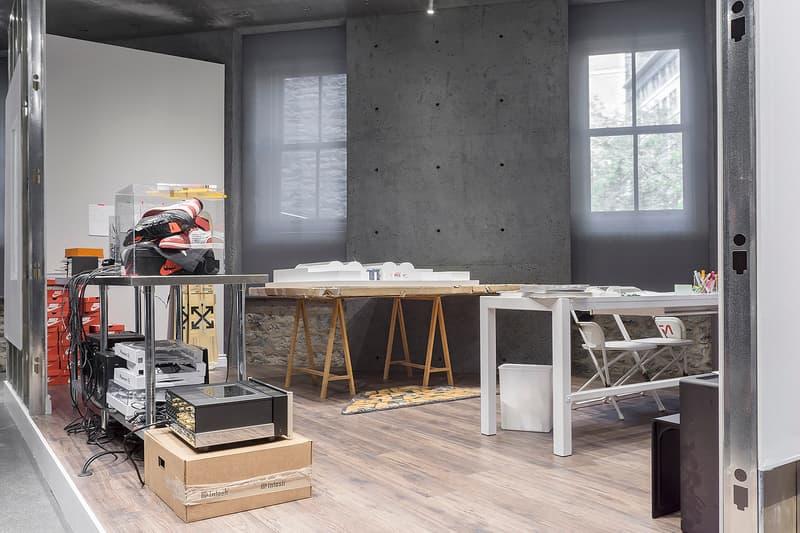 """ヴァージル・アブローの個人スタジオを再現した展示 """"CUTTING ROOM FLOOR"""" の様子をご紹介 私物やスケッチなどを並べた空間から垣間見えるヴァージルのクリエイティブプロセス ファッション業界で多忙を極めている一人、Virgil Abloh(ヴァージル・アブロー)は世界最大級のファッションECサイト『SSENSE(エッセンス)』と手を組み、""""CUTTING ROOM FLOOR""""と題したエキシビションを開催中だ。『SSENSE Montreal』を舞台とする期間限定イベントでは、シカゴにあるVirgilの個人事務所の様子が忠実に再現されている。  来場者は小物類やDJ機材、シューズボックス、Virgilのスケッチ、その他散らかった書類などから彼のユニークなクリエイティブプロセスを垣間見ることができるだろう。その他にも会場には「NASA(ナサ)」のロゴ入りチェア、〈Off-White™(オフホワイト)〉のスノーボード、〈Supreme(シュプリーム)〉x Public Enemy(パブリック・エナミー)のラグマット、Virgilにご協力いただいた『HYPEBEAST Magazine』の表紙などを設置。また、現地を訪れた方は、本エキシビションの公式Tシャツや展示されている一部アイテムを真空パッケージした複製品を購入できるようだ。  """"CUTTING ROOM FLOOR""""の様子は、上のフォトギャラリーから。あわせて、まもなく国内リリースを迎えるであろう、〈Off-White™〉x「RIMOWA(リモワ)」のルックブックもチェックしてみてはいかがだろうか。"""