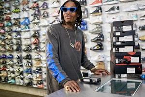 """全身タトゥーまみれの人気ラッパー Wiz Khalifaが """"Sneaker Shopping"""" に登場"""