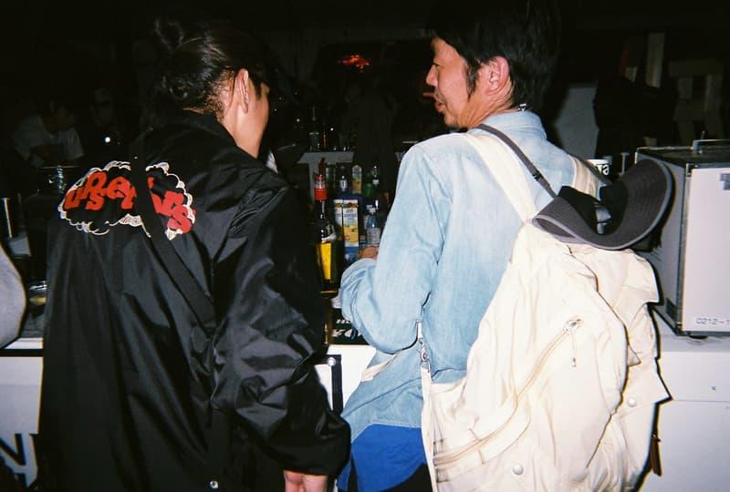 Back to Film:HYPEBEAST 編集部の等身大 FUJI ROCK FESTIVAL '18 備忘録  ファッション業界の方々から学生時代の部活の先輩まで、『HYPEBEAST』のリアルな日常を使い捨てカメラで記録した「FUJI ROCK」の番外編企画 山の天気は変わりやすい。「FUJI ROCK FESTIVAL '18」の会場となった苗場スキー場は途中に台風の通過もあってか、激しい雨と燦々と降り注ぐ日照りの繰り返しで、どこかの先人が作った言葉の意味を再認識した3日間だった。『HYPEBEAST』では連日、臨場感溢れるアーティストのステージパフォーマンスを中心とした速報や、タフな環境下でもファッション>機能性のマインドを持ち合わせる人々を撮影したストリートスナップをご紹介してきた。これらの記事制作の背景に少しだけ触れると、取材は日中から場合によっては深夜にまで及び、翌日朝は写真の編集と記事の執筆、現場では聴きたいアーティストのライブを余裕綽々で堪能できる時間はほとんどなく、山道の移動と悪天候がプレゼントしてくれる疲労の蓄積で、夜はホテルに戻るや否や汗を流し、次の日に備えて寝る、これがリアルである。  しかし、移動の最中や束の間の休憩中に遭遇する、日頃からお世話になっているファッション/音楽業界の方々、夜遊び仲間、中学時代の部活の先輩、久しぶりに会った音好きの友人たちと言い合うライブの感想、たわいもない会話、そしてビールでの乾杯は、編集部にとっては紛れもない「FUJI ROCK」の醍醐味なのだ。  そこで、我々は本気の仕事の裏側で、ポケットに使い捨てカメラを忍ばせ、柵前の景色から美味しいご飯を提供してくれたお食事処の皆さんまで、実際にいたロケーションと遭遇した仕事仲間&友人を気の向くままにパシャパシャと撮影。このカジュアルな企画では、上原のセレクトショップ『UFO(UPPER FIELD ONE)』の千寿公久、過去に#Essentialsに登場してくれた『Mastered』編集長の三木系大、水原佑果や武居詩織&きなりのモデル勢など、レポート記事とストリートスナップには登場していない人の姿も収めることができた。暗かったり、写真の構図が雑だったり、ピントが合っていないのはご愛嬌。是非、『HYPEBEAST』編集部2名が緩めに切り取った「FUJI ROCK FESTIVAL '18」の等身大備忘録を上のフォトギャラリーから楽しんでみてほしい。  まだ「FUJI ROCK FESTIVAL '18」の初日、二日目、最終日のレポートとストリートスナップをチェックしていない方は、そちらもお見逃しなく。