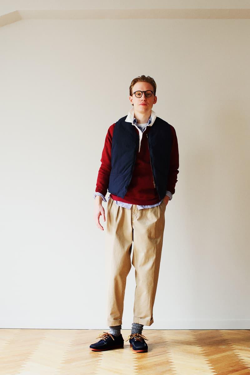 """アメトラの伝統""""アイビー""""の源流に迫る BEAMS PLUS 2018年秋冬ルックブック 『BEAMS』らしい気の利いたギミックを細部に隠し、上品でクラシカルなアイビースタイルを現代的に提案 永年着られる飽きのこない本物の男服を提案する〈BEAMS PLUS(ビームス プラス)〉の2018年秋冬コレクションでは、アメリカントラディショナルの伝統である""""アイビー""""に着目している。1960年代、日本の若者に大きな影響を与えたアイビーだが、当時のそれは非常に断片的なものに過ぎなかった。アイビーリーグと呼ばれるアメリカ東海岸の名門校には、緑豊かなキャンパスと美しく整えられた街があり、〈BEAMS PLUS〉はその中で生活する学生、教授、その家族、そして与えられた環境と制約の中で過ごす彼らのライフスタイル全てにアイビーの源流があると考え、ラインアップを構築。クラシカルなパッチワークのツイードジャケットはジャガードで表現し、シャツはテクニカルなデジタルプリントによって完成しているほか、アクティブなキャンパスライフに欠かせないラガーシャツはニットを採用、そしてヴィンテージのメルトンの雰囲気を再現したアワードジャケットは防風フィルムを内側に施すなど、一見しただけではわからない工夫が細部に凝縮されている。  アイビーがより欧州的なエッセンスを内包した、'80年代の時代背景やストーリーも散見することができる〈BEAMS PLUS〉の2018年秋冬コレクションのルックブックは、上のフォトギャラリーからご確認を。  あわせて、豪華アーティスト陣を招聘し、8月3日(金)からは3週連続で開催される「Sonos(ソノス)」と『BEAMS』のインストアライブ情報もお見逃しなく。"""
