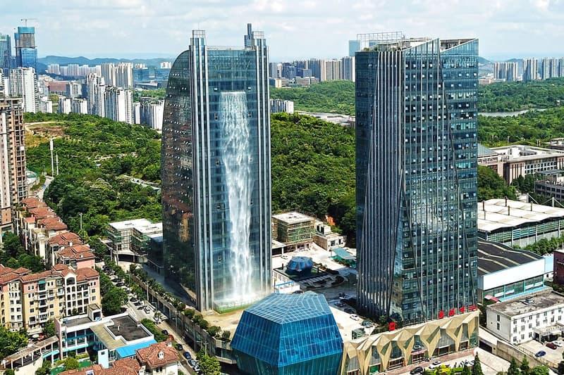 中国・貴州省に高さ121メートルの巨大人工滝付き高層ビルが完成 猛暑に見舞われるなかで身体ともに冷やっとする世界一の人工滝に注目 中国 貴州省 Liebian International Building オフィス 高級ホテル HYPEBEAST ハイプビースト