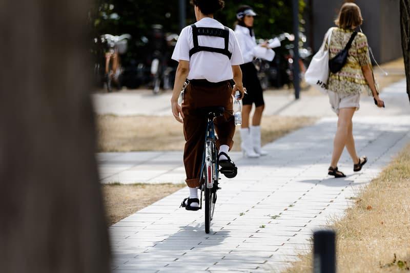 Streetsnaps:Copenhagen Fashion Week Spring/Summer 2019 モード過ぎず、ストリート過ぎない、デンマークの玄人たちによる巧みなスタイリングをチェック コペンハーゲンはファッションウィークが上陸する度にファッションの成熟度が増しているように思える。ドイツとスウェーデンの中間地点に位置するデンマークの首都は、ストリートの感覚を持ち合わせながらも、どこか北欧らしい洗練された感覚を感じさせる不思議な街なのだ。それでもオフランウェイで名を馳せるブランドは、パリやニューヨークのそれと変わりはない。〈Balenciaga(バレンシアガ)〉、〈Gosha Rubchinskiy(ゴーシャ・ラブチンスキー)〉、〈Burberry(バーバリー)〉、〈Prada(プラダ)〉、〈Raf Simons(ラフ シモンズ)〉といった王道ブランドを至るところで見かける。しかし、決してモードな印象を与え過ぎないのもこの地の特徴。Tシャツやスウェットといったアイテムを差し込むことで巧みにスタイリングをカジュアルダウンさせる術は、東京のストリートにも通じるものがあるかもしれない。  そんなコペンハーゲン・ファッションウィークの様子を是非、上のフォトギャラリーから楽しんでみてはいかがだろうか。  あわせて、スポーツスタイルといったカラフルな色合いが流行していたニューヨーク・ファッションウィーク・メンズのストリートスナップもお見逃しなく。