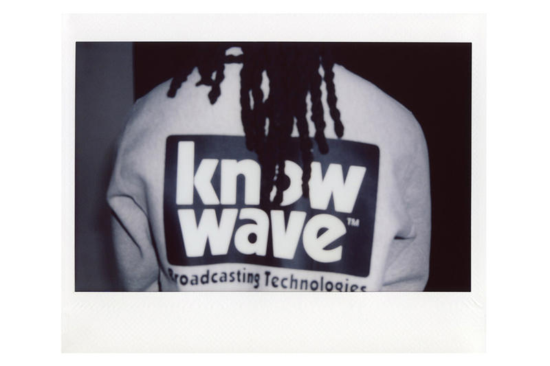 """KNOW WAVE がオールドスクールを提案をする2018年秋のルックブック第1弾を公開 8月に入るとストリートブランドも秋冬シーズンへの衣替えをスタートするが、プレフォールコレクションの紹介として「KNOW WAVE(ノー ウェーブ)」が今秋第1弾となるルックブックを公開。ポラロイドで撮影したレトロなフォトセットでは、初見のボックスタイプのロゴに""""Brodcasting Technologies""""のロゴを添えたクルーネックやL/S Tシャツ、シンプルなエンジニアジャケットおよびラグビーシャツなど、オールドスクールな最新アイテムの数々が切り取られている。  「KNOW WAVE」のプレフォールコレクションは、すでに『shop.know-wave.com』にて発売中なので、気になる方はお早めに。  〈A.P.C.(アー・ペー・セー)〉の""""Made In USA""""ライン、〈A.P.C. U.S.〉によるカプセルコレクション第4弾や、〈Nautica(ノーティカ)〉とLil Yachty(リル・ヨッティ)によるラストコレクションなど、『HYPEBEAST』がお届けするその他のファッションニュースもあわせてご確認を。"""