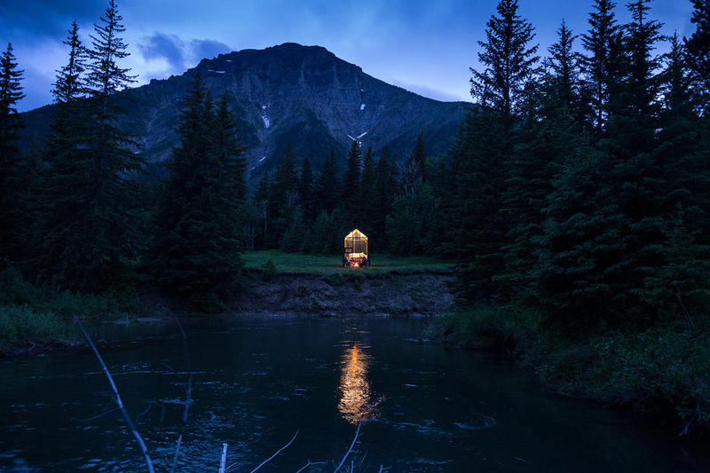 現実逃避に最適なミニマルなプライベート空間 Mono Cabin  コンパクトながらも自由度が高いテント以上、別荘未満の小型プレハブ 都会の喧騒を離れて日々の疲れを癒したいと思ったり、どこからともなく「別荘が欲しい」という感情が込み上げてきたりすることはないだろうか。  そんな人たちにオススメしたいのが、『Mono Cabin』である。『Mono Cabin』は可愛らしく洗練された見た目はもちろん、(値段はともかく)まるでテントを買うかのように簡単に購入することができる。この小さなプレハブは、土台も不要。お世辞も広々としているとは言い難いが、約10㎡のスペースの外壁は堅牢な金属のはぜ継ぎで構成されており、室内は自然と調和するウッド調に。また、室内は敷地面積以上の開放感があり、ベッドやベンチ、キャビネット、机の設置のみならず、ロフトやエアコンなども設置が可能と、非常に自由度が高いのも嬉しいポイントだ。  入口のドアの構造などで合計3つのオプションが用意されている『Mono Cabin』。詳細が気になる方は、公式ホームページをチェックしてみてはいかがだろうか。  大自然をそのまま体感できる屋根も壁もない青空ホテル『Zero Real Estate』や、設立75周年を記念する「IKEA(イケア)」のアーカイブコレクションなど、デザインに関連するその他のニュースもお見逃しなく。