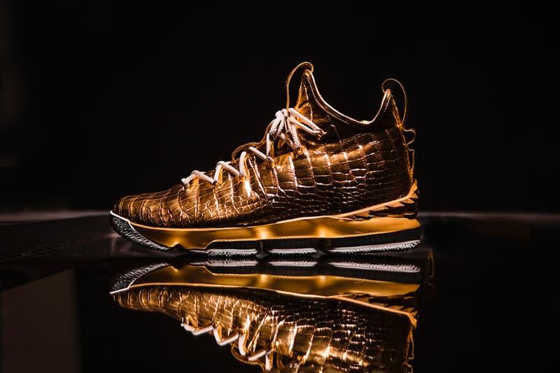 """The Shoe Surgeon と Nike が純金とダイヤモンドを贅沢に使用した1,000万円超えの LeBron 15 を製作 史上最年少でNBA通算30,000点に到達するという偉業を成し遂げたレブロン・ジェームズに敬意を表して LeBron James(レブロン・ジェームズ)が昨季達成した偉業を讃えるべく、カスタムスニーカーシーンの頂点に君臨するThe Shoe Surgeon(ザ・シュー・サージョン)と〈Nike(ナイキ)〉が手を組んだ。バスケ界のKINGは今年1月、NBA史上最年少で通算30,000得点に到達。両者はこの後世に語り継がれる出来事を、世界に1足しか存在しないスニーカーの上で記録することにしたようだ。  The Shoe Surgeonは高級なワニ皮を纏うLeBron 15を純金に浸し、ヒールクリップとレースチップは最高級のゴールドプレートへと変更。また、238カラットのダイヤモンドを贅沢に使用し、アグレット(靴紐の先端部分)には""""WORLD""""と""""CHAMPIONS""""の文字が刻まれているほか、Bronを象徴する王冠を模ったロゴと30Kの文字を18カラットのダイヤで表現したスペシャルエンブレムも付属している。  この1足に値段をつけるのであれば、1,100万円を優に超えるという。NBAのNo.1プレーヤーへ対する賛辞をスニーカーという形で表現した唯一無二の1足のデザインは、上のフォトギャラリーから。また、製作工程が気になるという方は、『theshoesurgeon.com』を覗いてみてほしい。  不可能を可能にする漢、Russell Westbrook(ラッセル・ウェストブルック)のインタビューを含むその他のNBA情報は、こちらから。"""