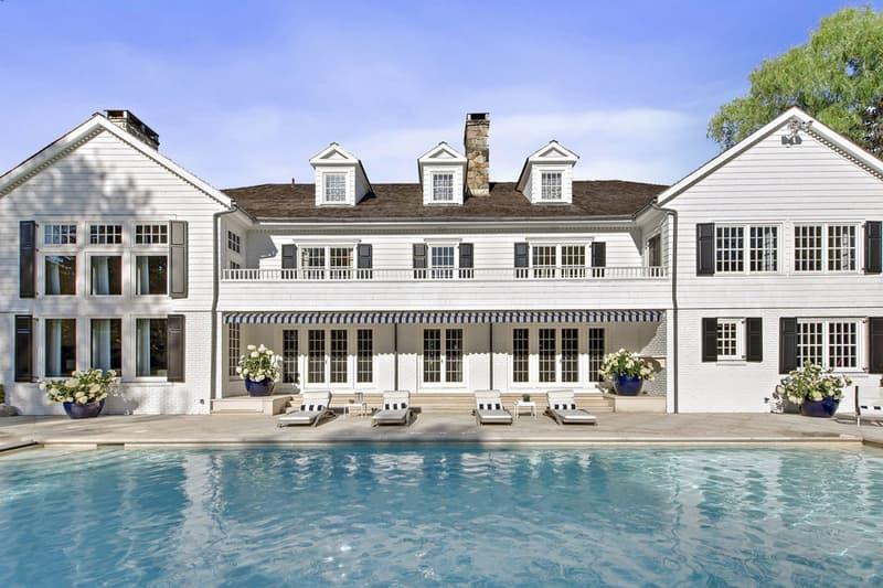 過去にトミー・ヒルフィガーが住んでいた大豪邸が7億5,000万円で販売中 超本格的なプライベートシアタールームなどが併設されたアメリカンドリームそのものと言える豪邸を覗いてみよう かつてTommy Hilfiger(トミー・ヒルフィガー)が所有していた大豪邸が、675万ドル(7億5,000万円)という目を見張る値札を下げ、不動産市場に姿を現した。  ニューヨーク・マンハッタンから約50kmほどの距離にある通称『Appleyard Estate』は、牧歌的なコネチカット州に位置し、18,615㎡という広大な敷地面積を保有している。904㎡を誇るコロニアル様式の邸宅には、一般的に想像するホームシアターを遥かに凌駕するプライベートシアタールームやミュージックスタジオが併設。ダイニングルームは屋外との仕切りがまるでないかのような開放的なシームレスなデザインが魅力的で、ファミリールームとリビングルームは自然光が入る構造で、ソラリウムとプールへダイレクトにアクセスすることも可能だ。  その他にも、石畳のゲートを抜けて辿り着くエントランスなど、アメリカンドリームを具現化したような豪邸を細部まで覗いてみたいという方は、こちらから。  建築好きの方は、〈FENDI(フェンディ)〉から登場した超高級キッチンラインや、エクアドルの山林地帯にひっそりと佇む究極のコレクターズハウスなどもチェックしてみてはいかがだろうか。