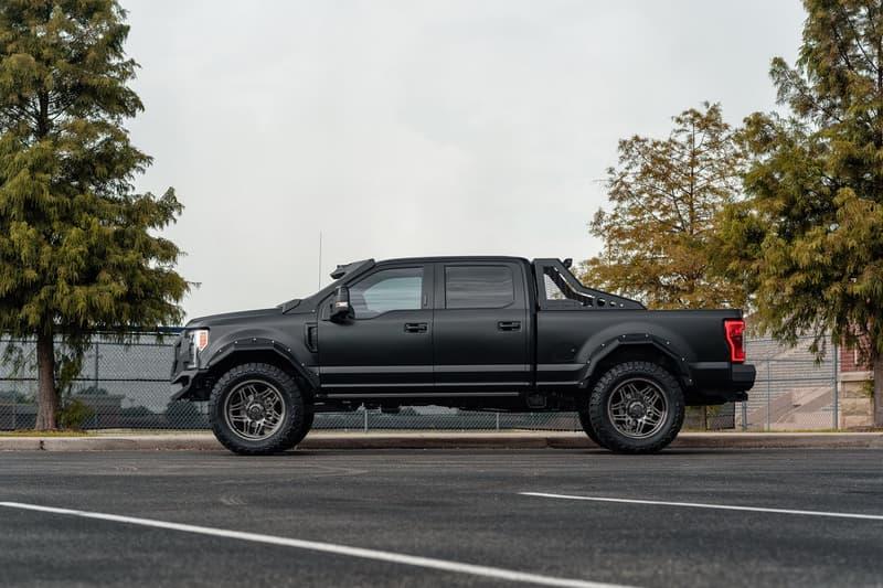 強靭な守備力とエクストリーム感を追求した Ford F-250 のチューンアップモデル 超高級鍛造カスタムホイールを履いた武装車両顔負けの漆黒のオフローダーが爆誕