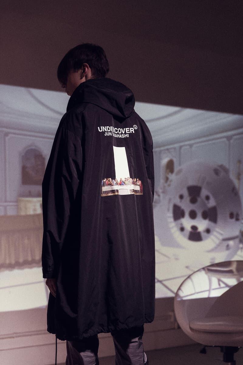 """『2001年宇宙の旅』に着想を得たUNDERCOVER 2018年秋冬コレクション 高橋盾が映画界の巨匠、スタンリー・キューブリックに敬意を表す 2018年秋冬の〈UNDERCOVER(アンダーカバー)〉のコレクションは、Stabley Kubrick(スタンリー・キューブリック)が1968年に発表したSF映画の草分け的作品『2001年宇宙の旅』にインスパイアされている。""""秩序、無秩序""""と訳される""""order – disorder""""をタイトルに掲げた本コレクションは、映画内の特徴的なシーンのグラフィティをプリントで表現したり、映画内に登場する人工知能""""HAL""""や""""COMPUTER MALFUNCTION(コンピューターの故障)""""という文字を配すなど、アカデミー賞特殊視覚効果賞受賞作品の中で視覚的に表現された宇宙のイメージを〈UNDERCOVER〉目線で解釈したデザインを随所で確認することができる。  『HYPEBEAST』のオンラインストア『HBX』には、Last Supper S/S Tシャツ、Spacemanジャケット、表裏でデザインが変わるリバーシブルボンバージャケットなど、高橋盾の最新コレクションのキーピースがデリバリーされている。ひとまず、我々が制作したビジュアルを上のフォトギャラリーからチェックして、気になるアイテムを探してみてはいかがだろうか。  あわせて、""""order – disorder""""コレクションの一角をなす〈Zeptepi(ゼプテピ)〉とのコラボサコッシュもお買い逃しのないように。"""