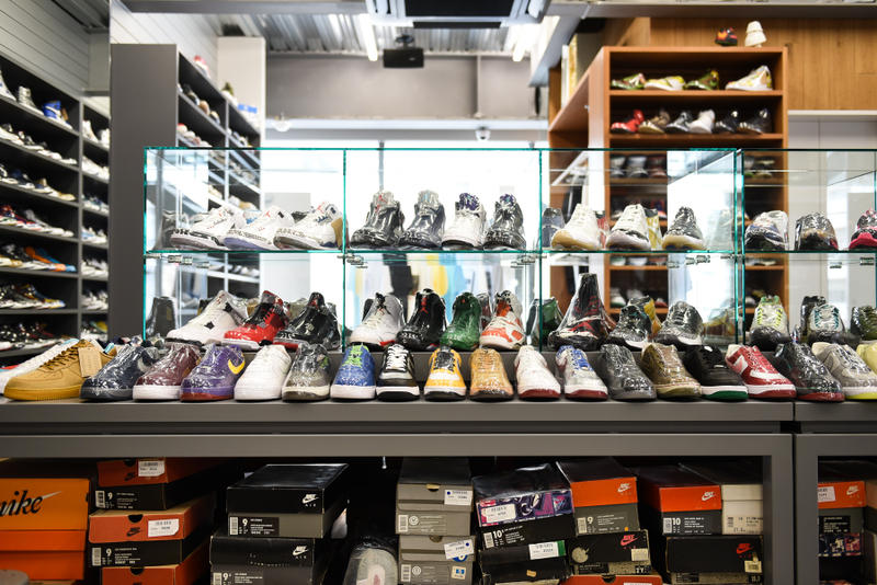 """原宿に移転を果たした世界が認めるスニーカーショップ WORM TOKYO の店内に潜入 市場に出回っていない真のレアスニーカーも並ぶ店内には、〈Nike〉を中心に常時1,000〜1,500足のストックが可能 『HYPEBEAST』を日頃から愛読してくれているスニーカーヘッズ諸君も足繁く通っているであろう『WORM TOKYO(ワーム トウキョウ)』が、2015年末より拠点にしていた中目黒に別れを告げ、遂に原宿へと進出を果たした。『WORM』はKim Jones(キム・ジョーンズ)、Ben Baller(ベン・ボーラー)、Sean Wotherspoon(ショーン・ワザーズプーン)など、海外ストリートの重鎮たちをも惹きつける圧巻の品揃えで名声を獲得してきた。場所を『UNION TOKYO』の2Fへと移した新店舗は、30坪弱の広々としたインダストリアルな空間に、常時1,000〜1,500足をストックすることができるという。その大部分が〈Nike(ナイキ)〉と〈Jordan Brand(ジョーダン ブランド)〉を中心に構成されているが、〈Supreme(シュプリーム)〉や〈Off-White™️(オフホワイト)〉といった近頃の即完モデルはもちろんのこと、注目すべきは現代の市場ではなかなかお目にかかることのできない真のレアモデルである。そこから一部をピックアップするのであれば、Futura(フューチュラ)のサインが入ったDunk Hi From、2008年に""""Air Force 1Influencer Pack""""として登場したKAWS(カウズ)のコラボモデル、『mita sneakers(ミタスニーカーズ)』の中でも最も人気の高い""""温故知新""""のサンプル(流通モデルはヒールの桜マークがない)、米人気ドラマ『アントラージュ』のDunk SBなどがストックされていたほか、ショーケースの中にはAir YeezyやNike MAGの姿も。また、店舗を横切るように設置されたディスプレイの下には、年季の入ったシューズボックスがずらりと敷き詰められており、レコードをディグるような感覚でスニーカーを探していると思わぬ出会いがあるはずだ。  また、『HYPEBEAST』は特別にショップのバックヤードにも潜入することに成功。フロアに匹敵するほどの空間にはスニーカーが隙間なくびっしりと保管されており、いつ訪れても必ずお目当のものが見つかる『WORM TOKYO』のスニーカーへ対する愛と熱量が凝縮されていた。  まだ新店舗を訪れていないという方は、上のフォトギャラリーからパワーアップした『WORM TOKYO』の店内を覗き、是非ストアまで足を運んでみてほしい。  『HYPEBEAST』がお届けするその他のスニーカー情報は、こちらから。  WORM TOKYO 住所:東京都渋谷区神宮前 2-26-5 2F Tel:03-6303-4613 営業時間:(火〜土)11:00 - 20:00(日)11:00 - 18:00 定休日:月曜日"""