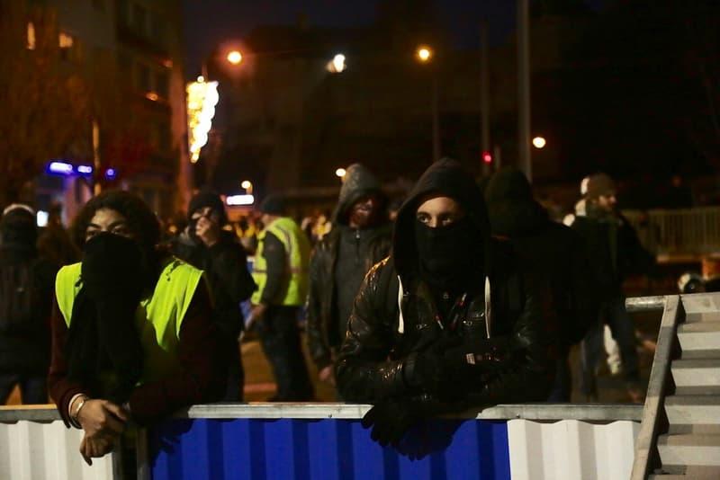 """ディオール DIOR がパリで起きている""""イエローベスト""""デモの影響によりショーのスケジュール変更を余儀無くされる事態に"""