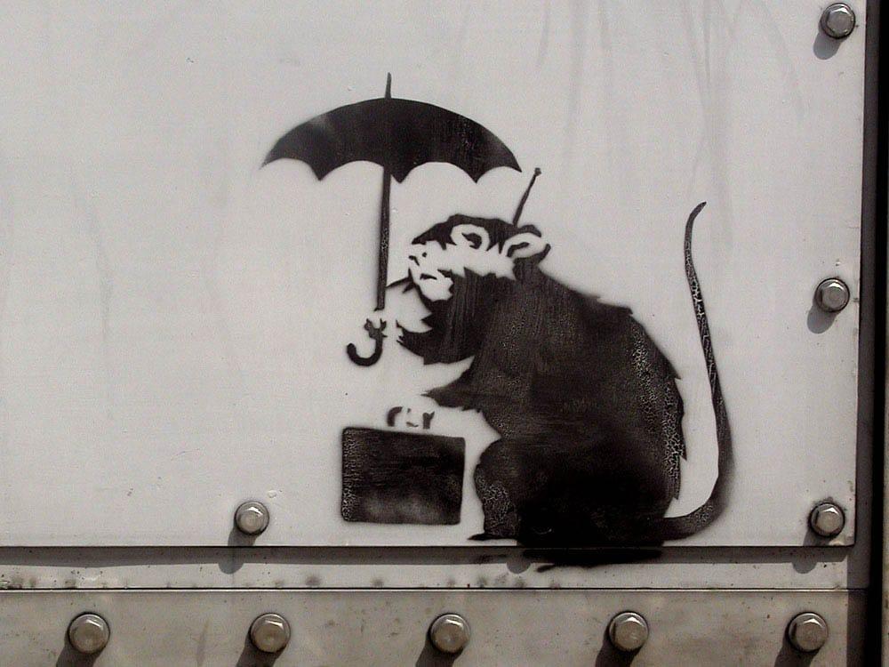バンクシー 東京都 庁舎 Banksy 展示 期間 公開 落書き アート ストリートアート Umbrella Rat 傘を