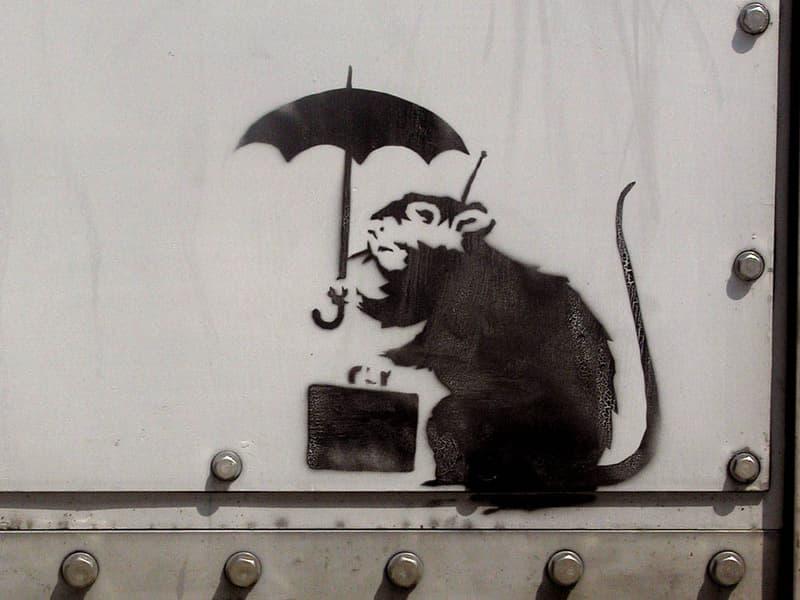 バンクシー 東京都 庁舎 Banksy 展示 期間 公開 落書き アート ストリートアート Umbrella Rat 傘をさしたネズミ 日の出