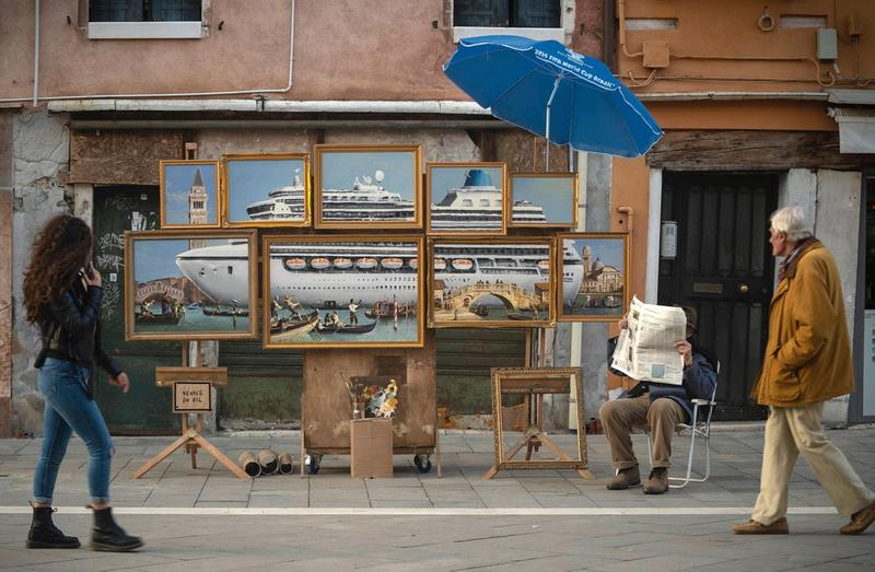 バンクシー banksy ヴェネチア ベネチア ベネツィア イタリア venice biennale installation stall artworks street art murals sculptures