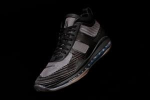 "UPDATE:John Elliott x LeBron James x Nike によるトリプルネームスニーカー Icon の新色 ""Triple Black"" が登場"
