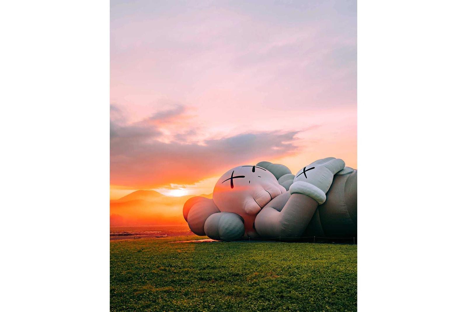KAWS カウズ 富士山 限定 アイテム ふもとっぱらキャンプ場 住所 入場料 抽選 応募 ぬいぐるみ コンパニオン フィギュア セラミックプレート ファイヤーキングマグ ピン クッション Tシャツ トートバッグ