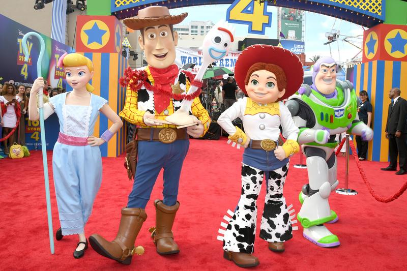 Disney ディズニー Breaks Record for Five 1 Billion Dollar Movies in a Year 2019年 10億ドル 売り上げ 最高額 更新 新記録 Pixar Toy Story 4 animation アニメーション 映画 アベンジャーズ エンドゲーム avengers endgame  ライオンキング lion king キャプテン マーベル captain marvel  アラジン aladdin films motion pictures