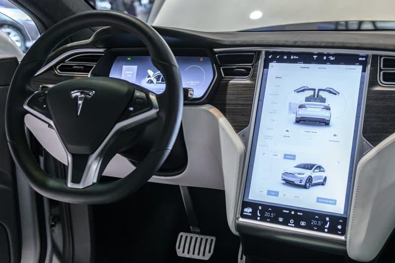 Tesla テスラ 大型車載 ディスプレイ ネットフリックス Netflix  ユーチューブ YouTube コンテンツ