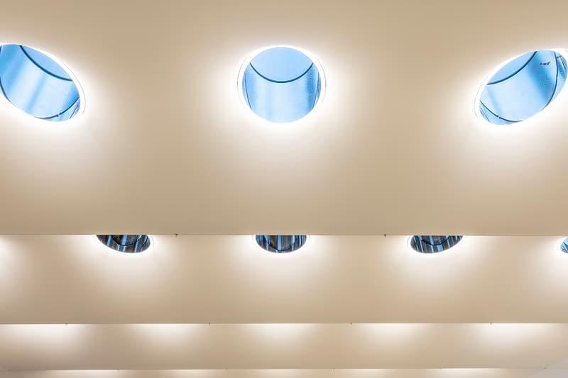 2年間の大規模改修を経てリニューアルオープンしたニューヨーク5番街の Appleストアの内部を公開 Look Inside Apple Renovated Fifth Avenue Store Retail News Skylense Stainless-Steel Natural Light