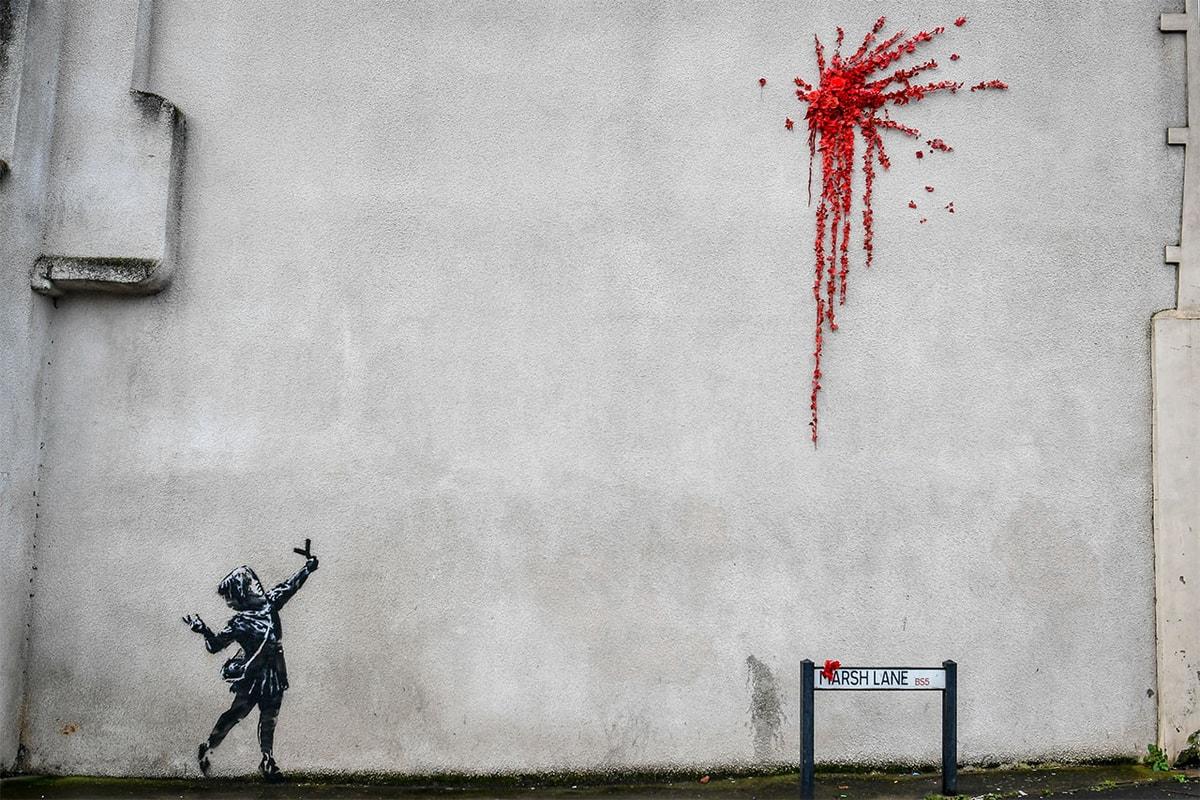 Banksy がバレンタインデーに向けた作品を故郷ブリストルの民家に描く